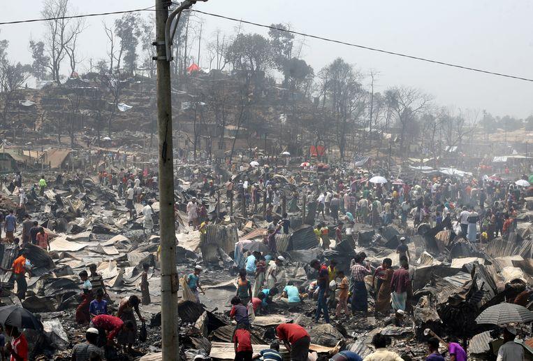 De ravage na de brand. Bijna een miljoen leden van de Rohingya-moslimminderheid uit Myanmar leven in hachelijke omstandigheden in Bengaalse kampen. Beeld EPA