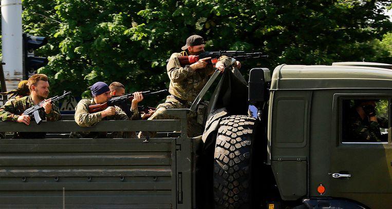 Pro-Russische militanten gisteren op weg naar het vliegveld van Donetsk. Beeld REUTERS