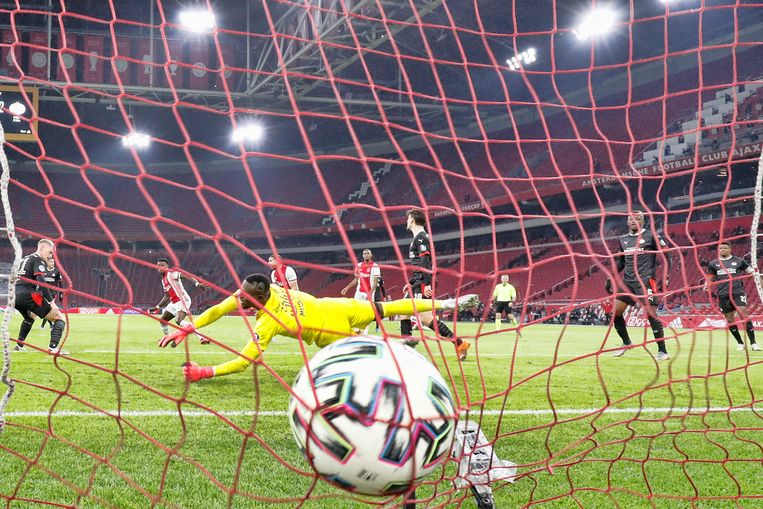 Quincy Promes scoort de aansluitingstreffer voor Ajax, dat PSV snel op een 2-0 voorsprong was gekomen. Beeld Pro Shots / Stanley Gontha