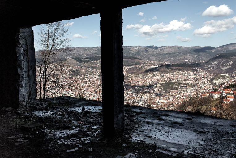 De littekens van de burgeroorlog zijn nog duidelijk zichtbaar in Sarajevo. Beeld Daniel Rosenthal