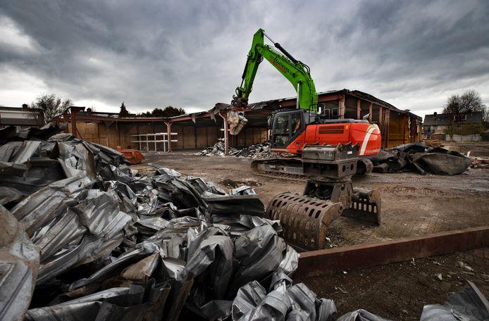 De gebouwen op de voormalige werf van bouwbedrijf Adriaans worden gesloopt.