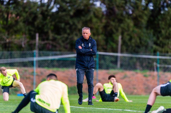 Vitesse wil vanaf volgende week met kleine groepjes gaan trainen. Dan zou coach Edward Sturing weer met spelers op het veld staan.