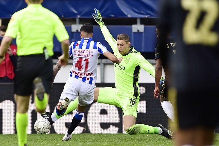 Kjell Scherpen maakt zich groot tijdens Heerenveen-Ajax. Beeld ANP