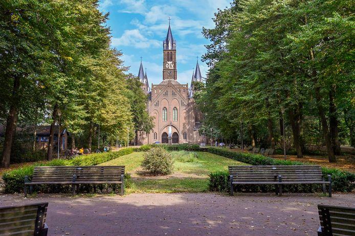 Weelderig groen in hartje Sint Willebrord: het Processiepark waar de bomen op een warme zomerdag voor aangename verkoeling zorgen.