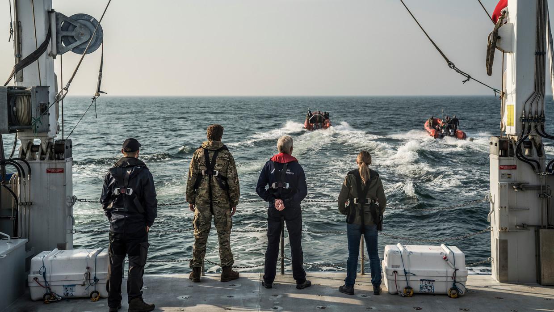 Scène uit The Investigation. De Deense politie zoekt op zee naar het lichaam van journalist Kim Wall.  Beeld Per Arnesen/HBO