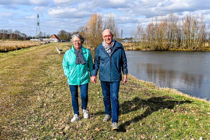 Diny en Richard Driessen wandelen langs de retentievijvers van Albano. Op de achtergrond ligt sportpark Albano met daartussen de Oudenbossche Koepelbaan. Een voetgangersbrug zou het wandelnetwerk ten goede komen.