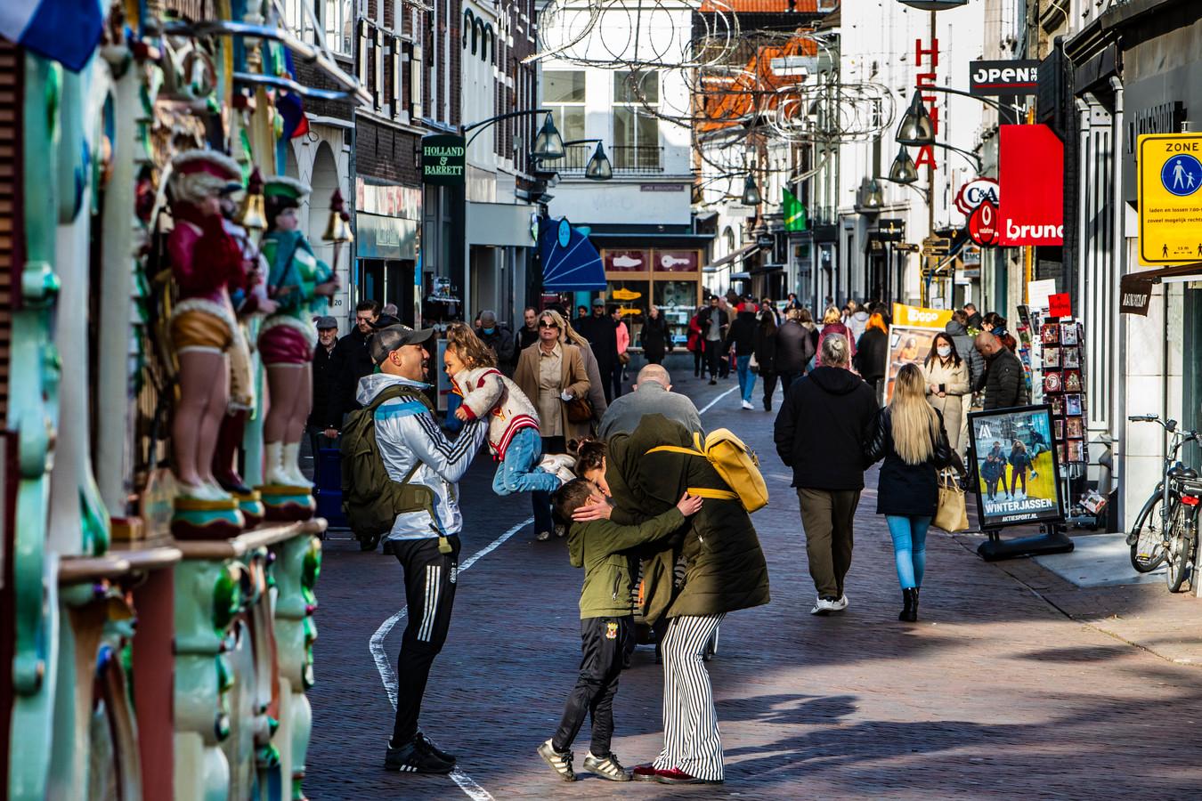 Drukte in de binnenstad van Deventer.