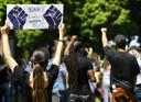 Demonstranten voeren actie op de Pettelaarse Schans tegen racisme. De demonstratie is ingegeven door de Black Lives Matter beweging, die wereldwijd protesteert na de dood van de zwarte Amerikaan George Floyd.