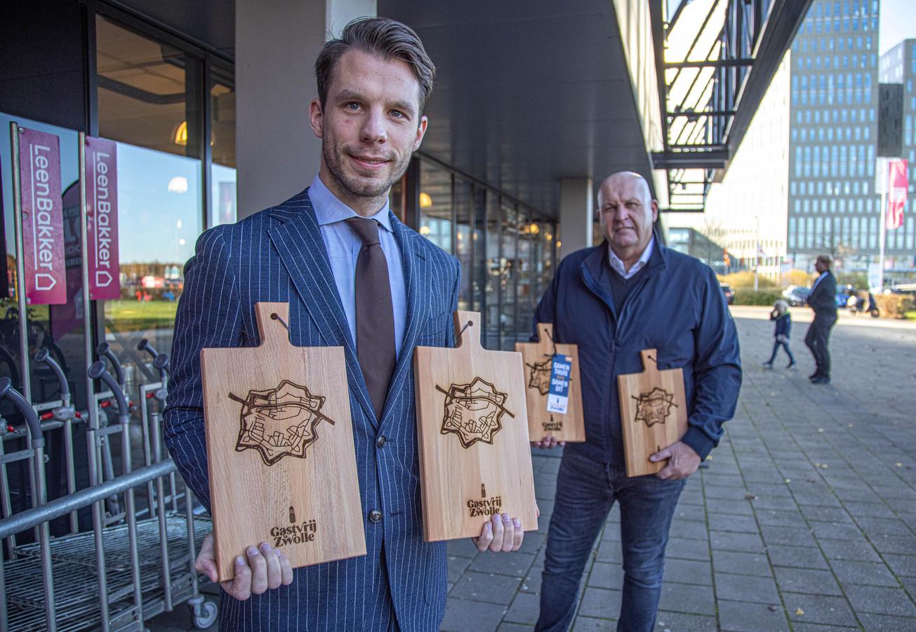 Franchisenemer Nick de Bel van Leen Bakker Zwolle kwam samen met Mark Corporaal van Stadscafé Blij met speciale borrelplanken met vouchers die bij de Zwolse horeca na de lockdown ingewisseld kunnen worden voor een borrelhap.
