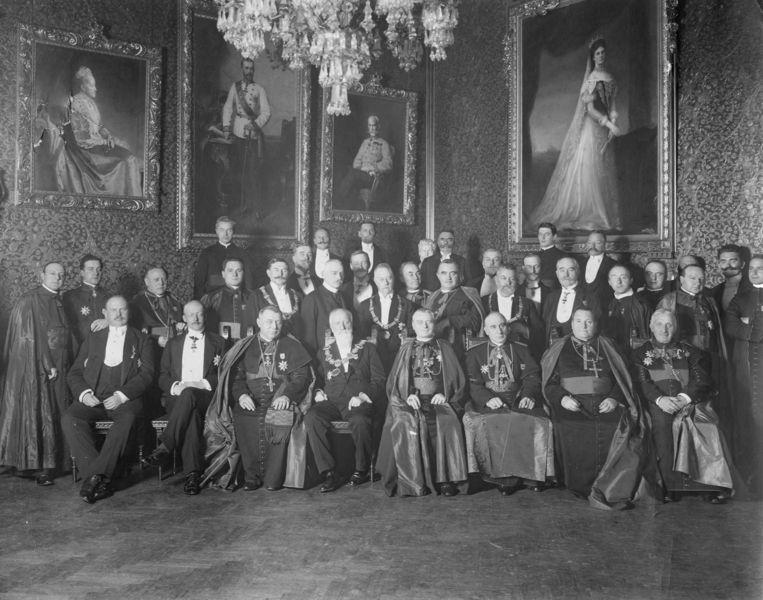 Kopstukken op het Internationaal Eucharistisch Congres in Wenen 1912. Van Rossum zit in het midden op de eerste rij. Beeld