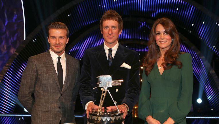 Bradley Wiggins (midden) ontving de onderscheiding als Brits sporter van het jaar uit handen van David Beckham en Kate, de hertogin van Cambridge. Beeld ap