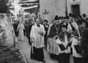 Pastoor Anselmus Musters uit Ossendrecht tijdens een processie-optocht in het plaatsje Sonvico (Italiaans Zwitserland)