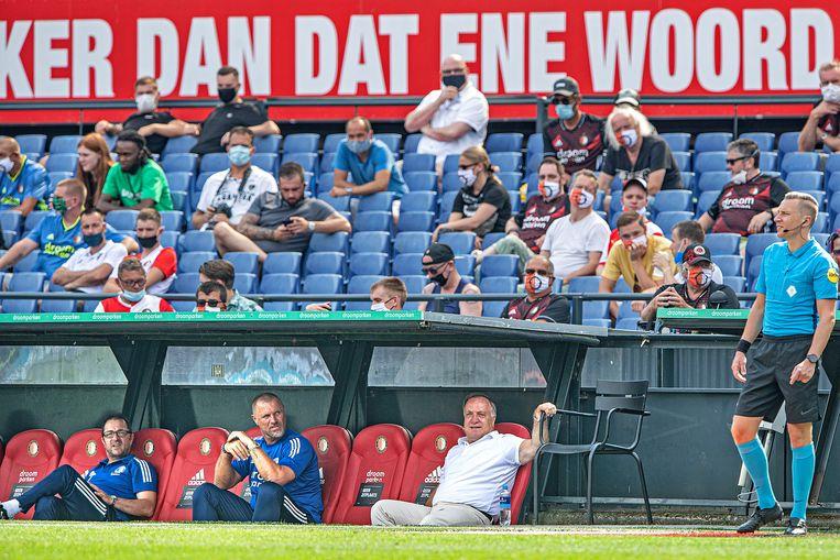 Trainer Dick Advocaat zit relaxed op de bank met zijn assistenten De Wolf en Petrovic.  Beeld Guus Dubbelman / de Volkskrant