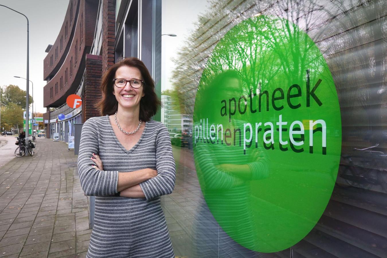 Apotheker Sonja Keizers doet meer dan pillen over de toonbank schuiven.