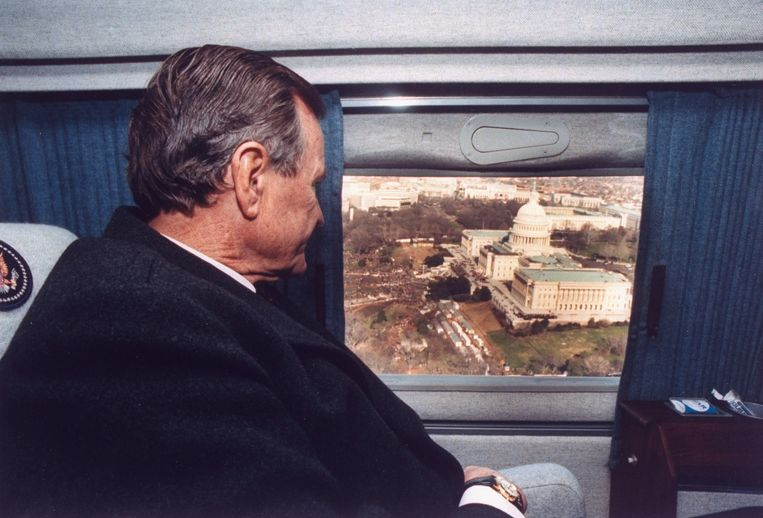 Pres. George Bush vliegt over Capitol in zijn helicopter. Beeld Getty Images
