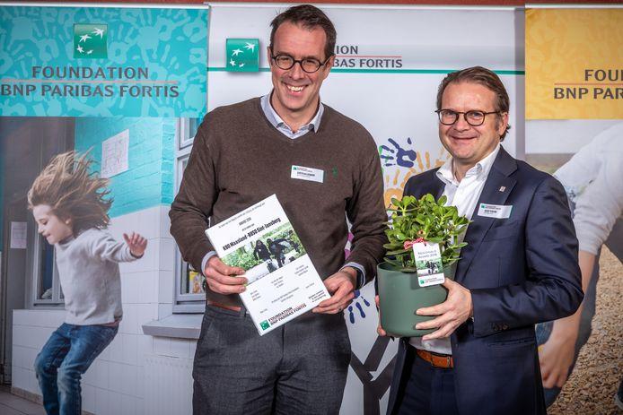 """KBO Maasland – BUSO Sint-Jansberg uit Maaseik voor het project """"Renovatie didactisch materiaal: Motivatie opkrikken van jongeren in het buitengewoon onderwijs"""" kreeg 3.000 euro overhandigd."""