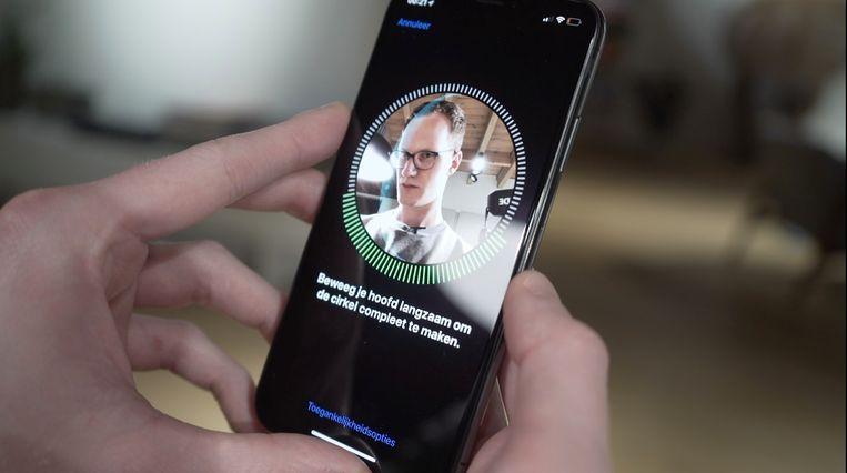 Het instellen van Face ID, gezichtsherkenning op de iPhone X. Beeld sf