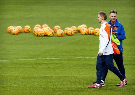 Van Gaal en De Jong bij een training van Oranje