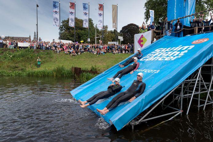 Grote glijbaan tijdens de start van Swim to Fight Cancer in 2015. Nu is gekozen voor een kleinere variant op een andere plaats