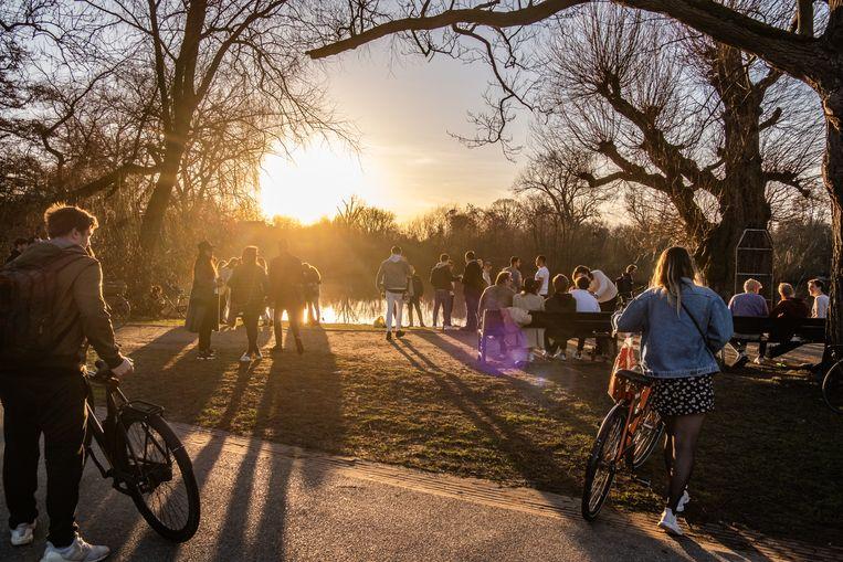 Het Vonderpark tijdens een lente-achtige zondag vorige week.  Beeld Joris van Gennip