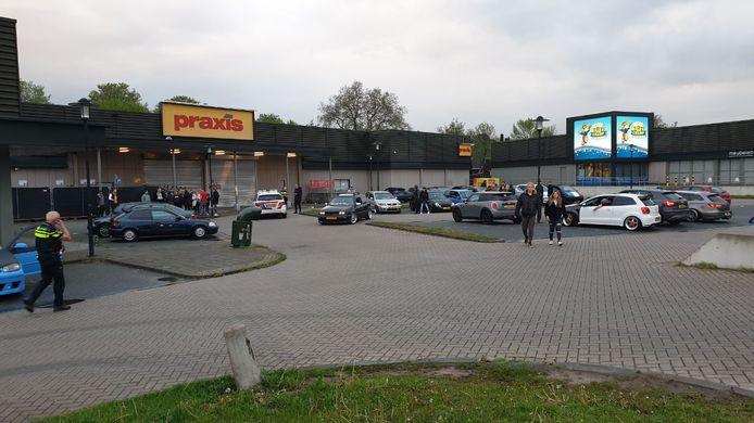 Op het Woonplein in Enschede zijn zaterdagavond zeker vijftig auto's bij elkaar gekomen tijdens een zogeheten 'carmeeting'.