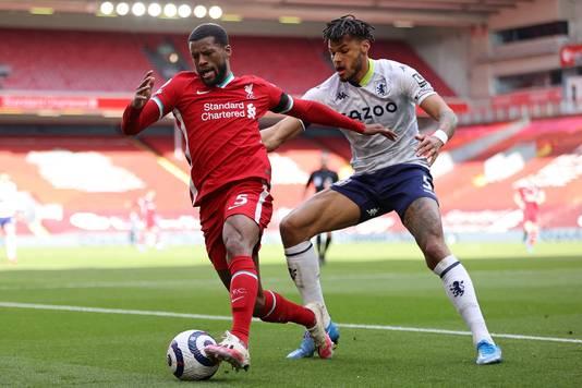 Georginio Wijnaldum zaterdag in duel met Aston Villa-verdediger Tyrone Mings.