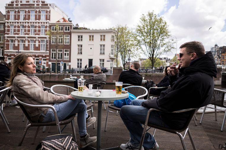 Op het terras van Café Amsterdam mag je sinds kort niet meer roken. Op andere terrassen, zoals hier bij het benedenterras van Café de Jaren, wordt nog wel gerookt,  Beeld Rink Hof