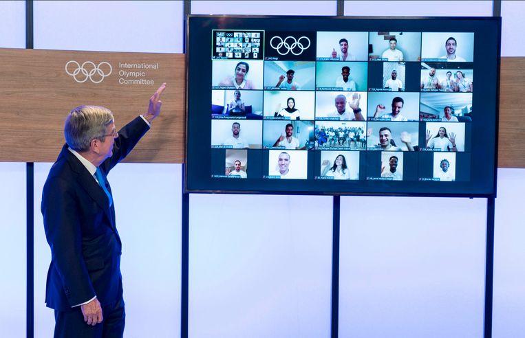 De presentatie van het vluchtelingenteam op de Olympische Spelen. Links IOC-voorzitter Thomas Bach. Beeld
