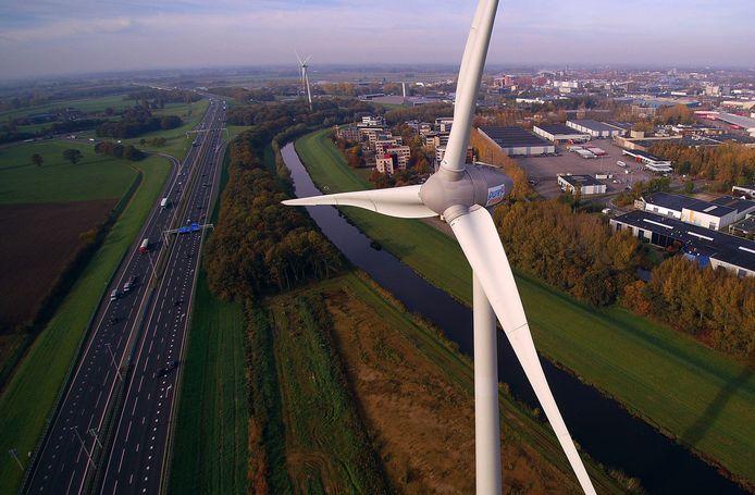 Eén van de twee al gerealiseerde windmolens langs de A1 bij Deventer.