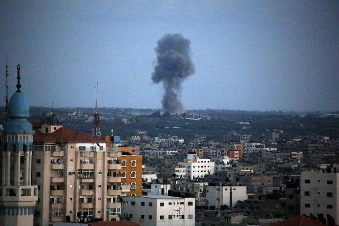 Rook stijgt op uit Gaza na een luchtaanval van Israël.