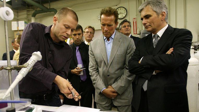 Arnold Schwarzenegger (midden), voormalig gouverneur van de staat Californië, kreeg vorige maand een rondleiding door een faculteit van CalTech. Beeld getty