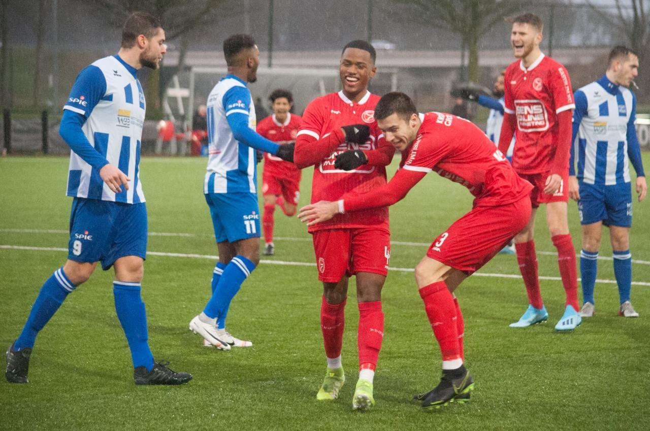 Guilano With van Jong Almere City FC viert zijn treffer tegen Hoek.