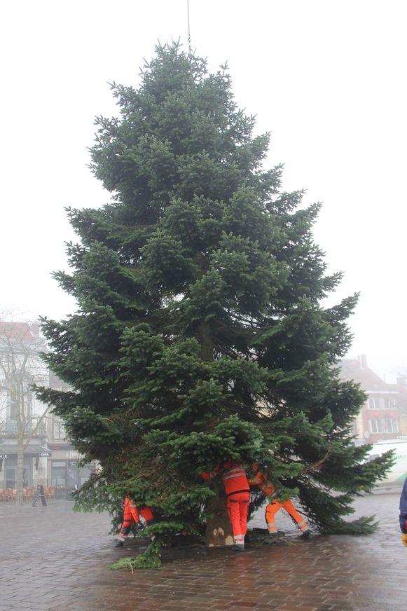 De kerstboom van Ronse arriveert op de Grote Markt.