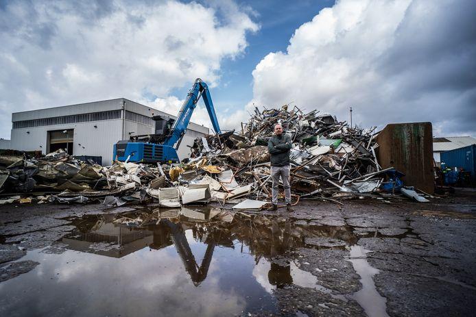 Gilles van Houtum op het terrein van Van Houtum Recycling aan de Leeghwaterstraat in Arnhem. De ondernemer voelt zich in het nauw gedreven door oprukkende woningbouw.