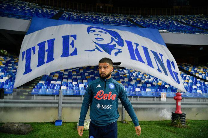Lorenzo Insigne voor het grote spandoek van Diego Armando Maradona in het stadion van Napoli.