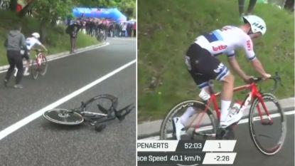 """VIDEO. Campenaerts 'not amused' na amateuristische fietswissel die hem waarschijnlijk zege kost: """"Frustrerend"""""""