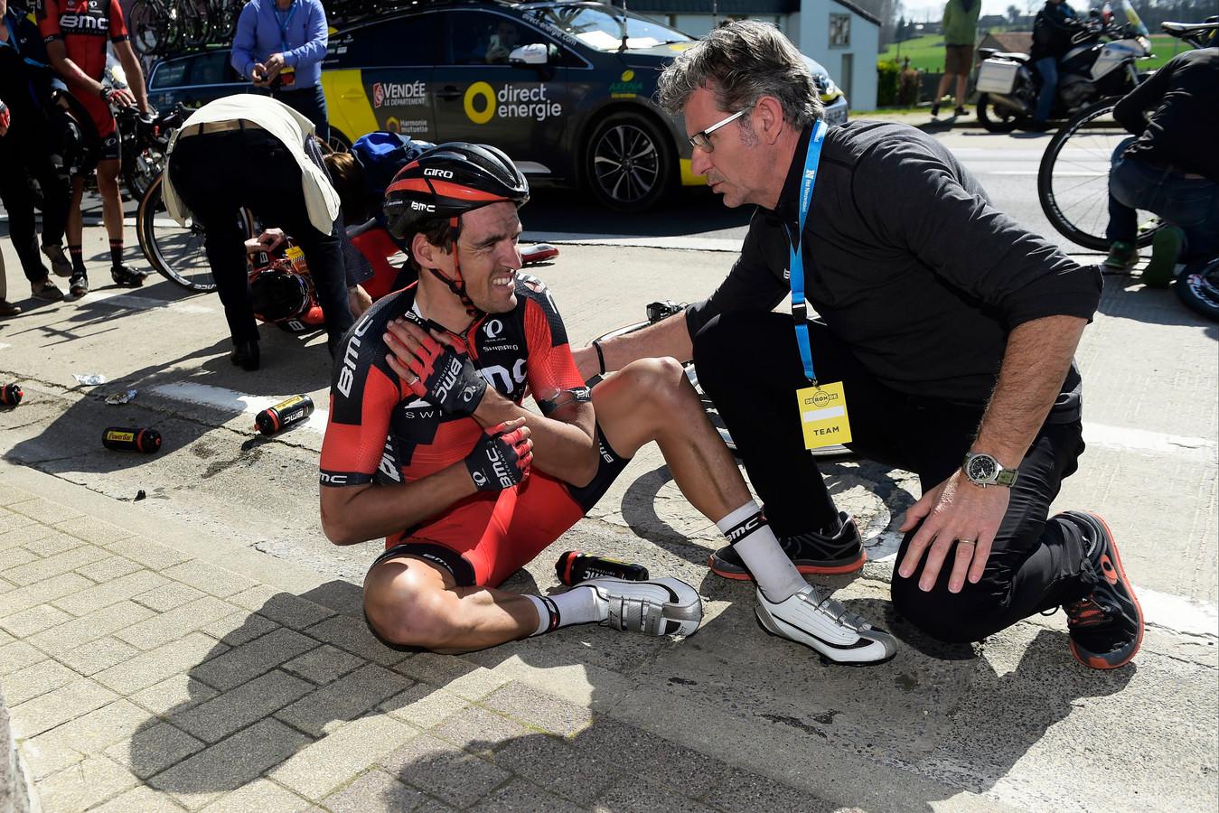 Tour des Flandres 2016: grand favori, Greg Van Avermaet chute et se fracture la clavicule.