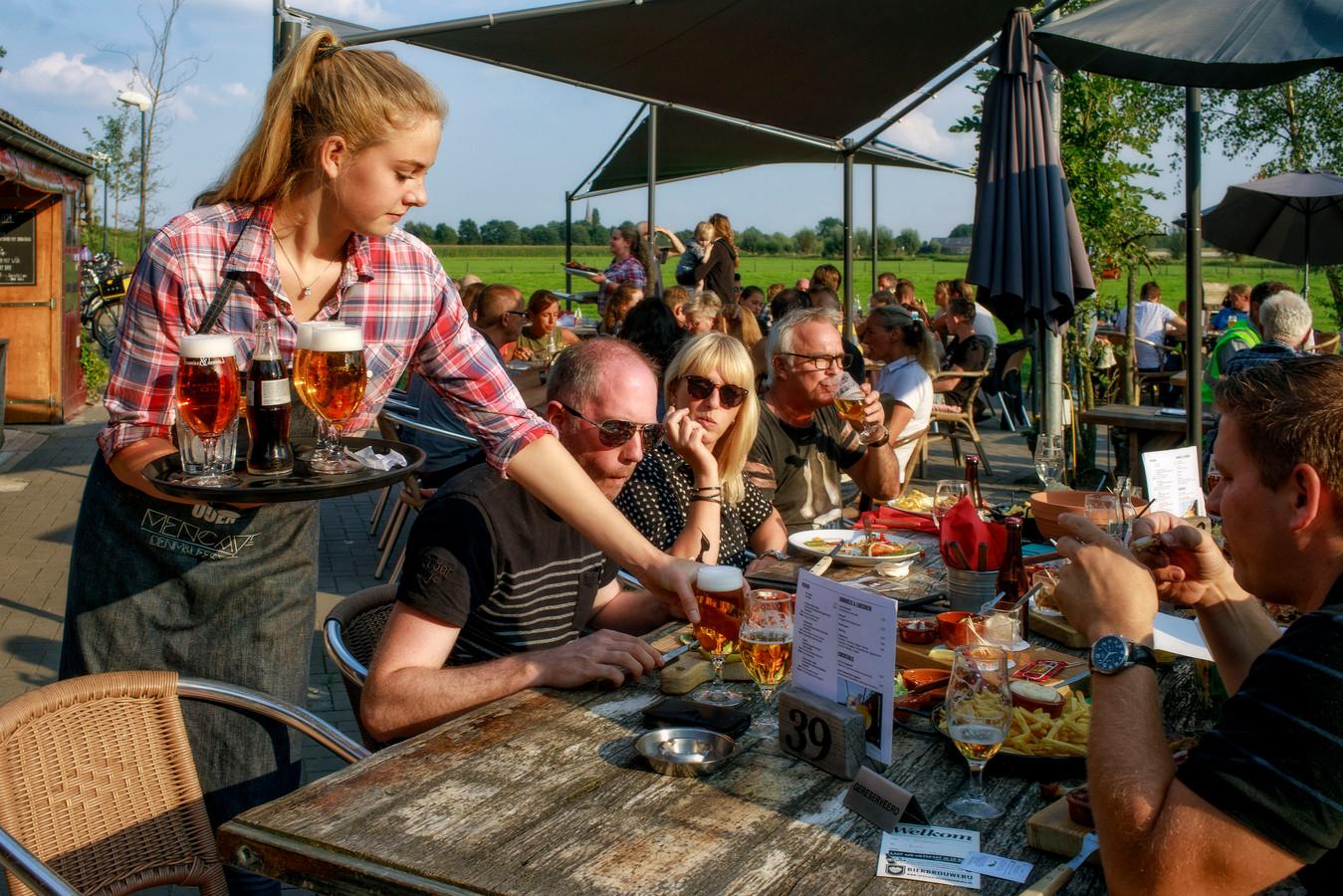 Drukte op het terras van Bierbrouwerij Oijen.