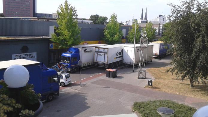Het vrachtverkeer zorgt regelmatig voor verkeersopstoppingen op de Enschotsestraat