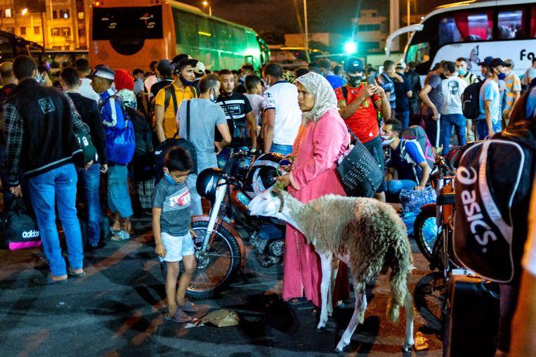 Reizigers op het busstation in Casablanca proberen hun bestemming te bereiken voordat de steden worden afgegrendeld. Beeld AFP