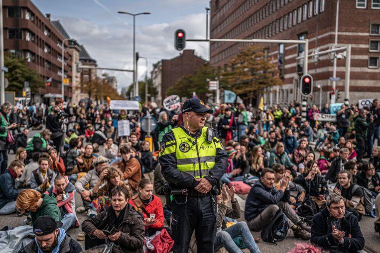 Activisten van Extinction Rebellion blokkeerden maandag een belangrijk kruispunt naast Den Haag Centraal Beeld Joris van Gennip