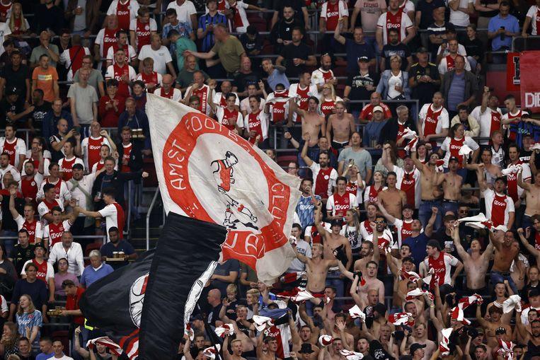 Niet alleen de spelers, ook de Ajax-fans konden weer eens losgaan in de Johan Cruijff Arena, op tweederde van de capaciteit. Beeld ANP