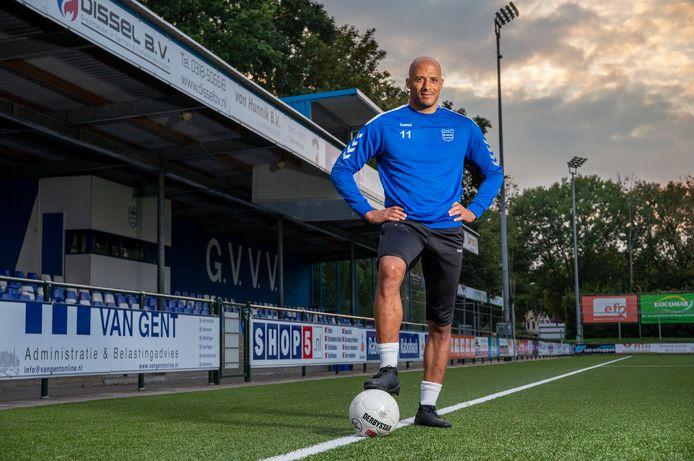 Berry Powel (40), speler van GVVV uit Veenendaal, moet vanwege zijn leeftijd vanaf de zijlijn toekijken hoe zijn jongere ploeggenoten wel weer samen mogen trainen.