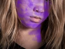 Tijd voor school! Britse kleuter kleurt gezicht paars uit verveling
