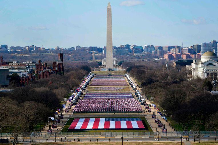 De 'National Mall' in Washington waar vlaggen prijken in plaats van toeschouwers voorafgaand aan de inauguratie van Joe Biden als 46ste president van de Verenigde Staten.  Beeld AFP