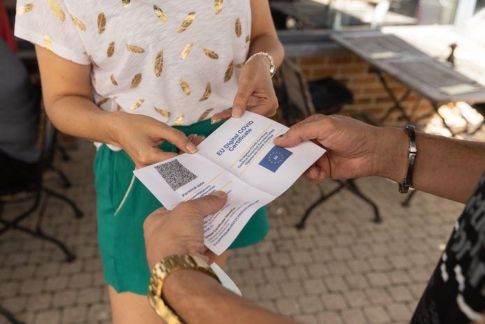 Le Covid Safe Ticket en version papier dans un restaurant de Woluwe-Saint-Lambert, le 8 septembre dernier.