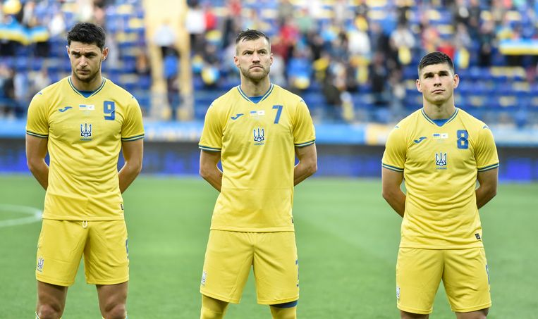 Spelers van Oekraïne in het nieuwe EK-shirt.  Beeld AP