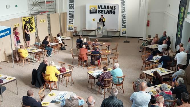 Spandoek van geviseerde leerkrachten 'verwelkomt' Tom Van Grieken bij heropstart van lokale afdeling Vlaams Belang in Ronse