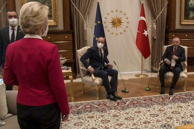 Dinsdag, Ankara, het EU-moment van de week: voorzitter Ursula von der Leyen van de Europese Commissie kijkt verbaasd toe hoe Charles Michel (midden) en Recep Tayyip Erdogan de twee beschikbare stoelen innemen.  Beeld AFP