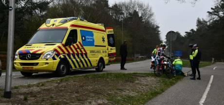 Wielrenner met hoofdwond afgevoerd na botsing met auto in Beerze